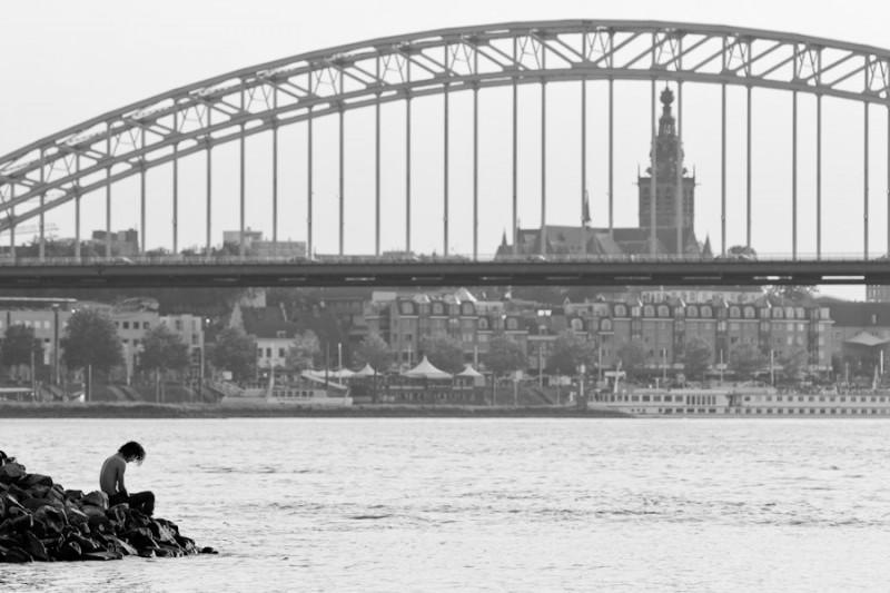 fotograaf legt in gedachten verzonken man vast in zwart wit