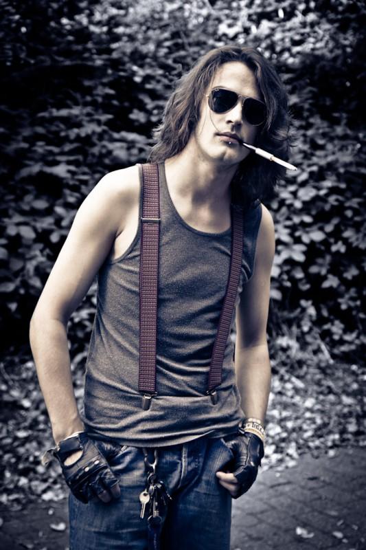 fotograaf-fotoshoot-model-sigaret-bretels